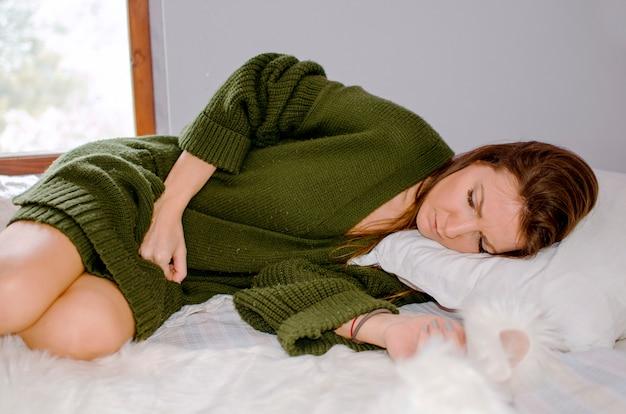 Подавленная молодая женщина с нервным срывом во время карантина коронавируса в домашних условиях