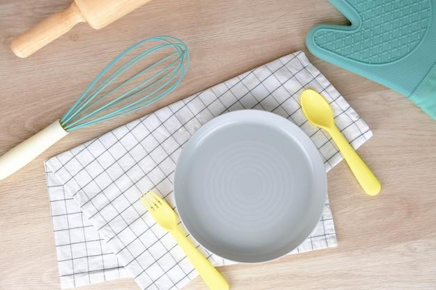 空白の皿またはプレートパステルカラーベーカリーパーティー朝食は自宅で。