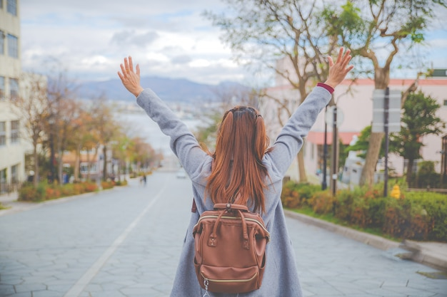 北海道函館で有名な場所のひとつ。女の子が手を挙げて遠くを見ています。