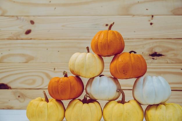 Крупным планом тыквы носить с кленовыми листьями
