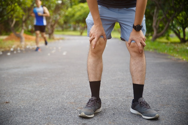 男性ランナー選手の膝の怪我と痛み