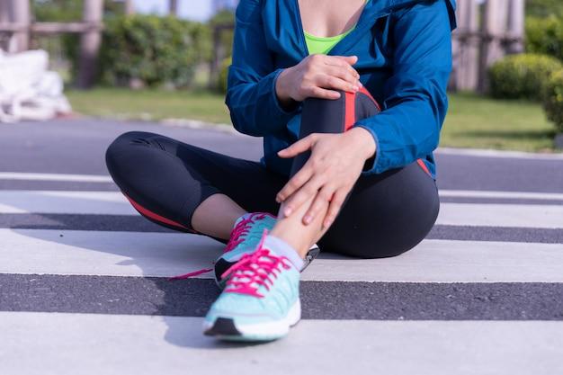 Женский бегун спортсмен травмы колена и боли.