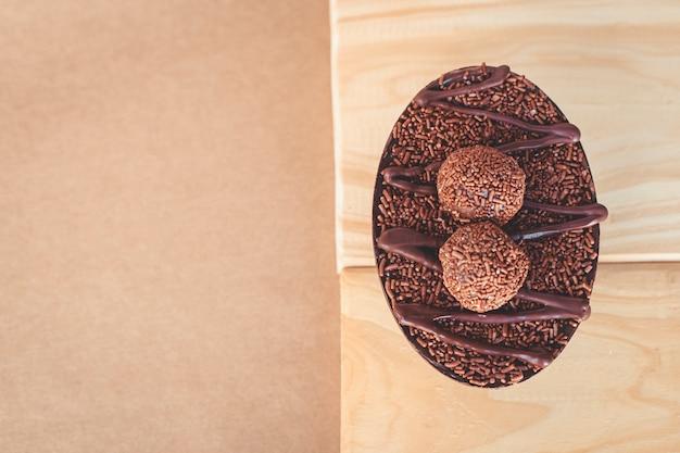 イースターのためのブリガデイロの詰物とグルメイースターエッグ。