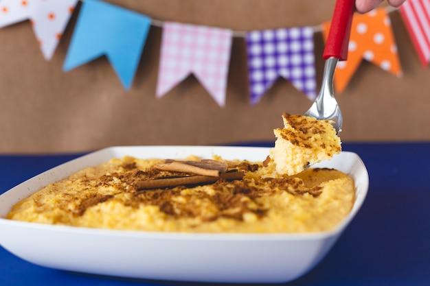 キュラウ、カンジカ、アングー、スイートコーンクリーム、ブラジル料理の典型的なデザート。