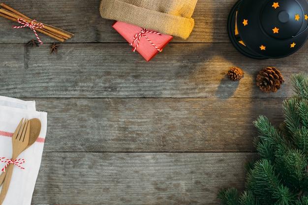 木製のテーブルのクリスマス装飾飾り