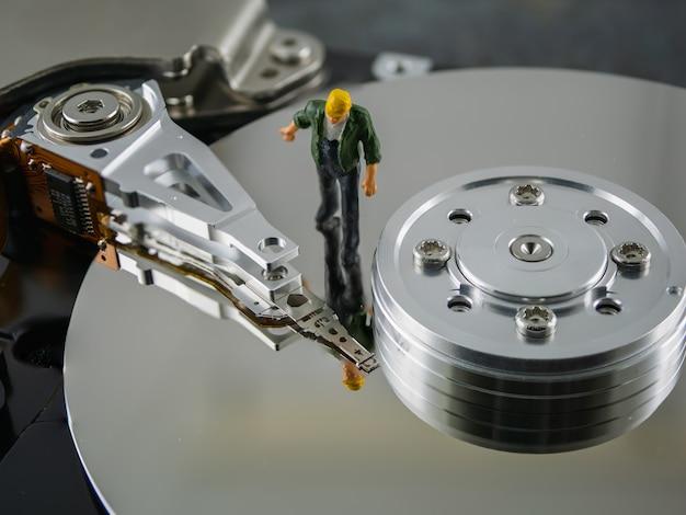 Внутри жесткого диска