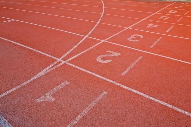 Спортивная беговая дорожка с номером один, два, три, четыре, пять и шесть на стадионе