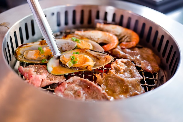 バーベキューグリルで焼き肉とシーフードを混ぜたロースト。