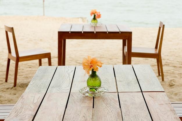 トロピカルビーチでのロマンチックなテーブルのセットアップ