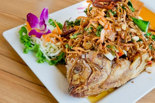 揚げ魚のハーブサラダ