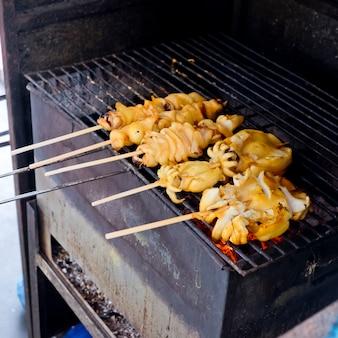 新鮮なイカのバーベキュー焼き炭ストーブ