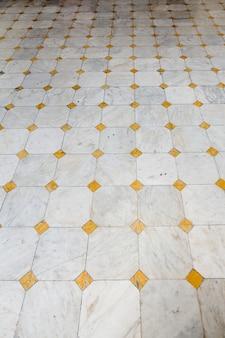 家の中の三角形のタイル張りの床