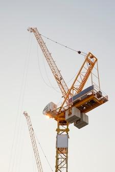 建設現場、労働者およびクレーン