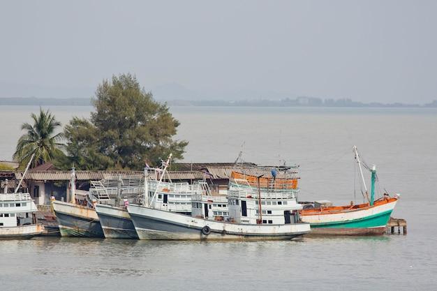 海で漁船。