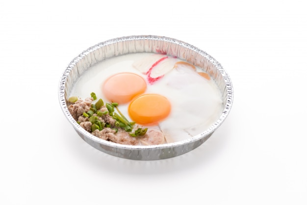 孤立した白い背景の上の卵をパン
