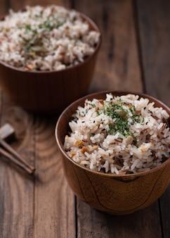Жареный рис с овощами и зернами