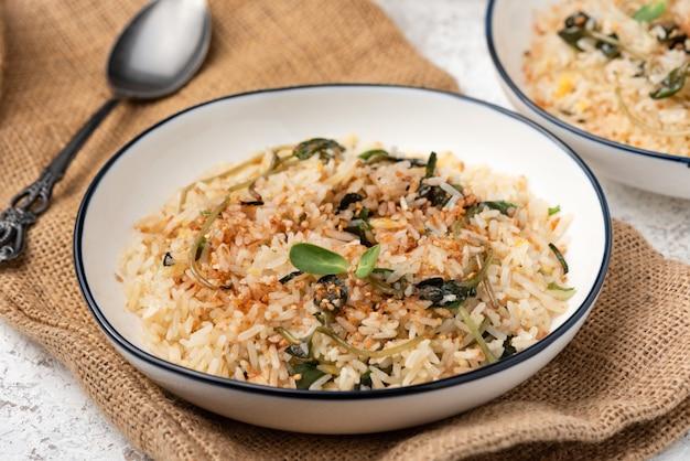 Обжаренный рис с овощами на белой поверхности