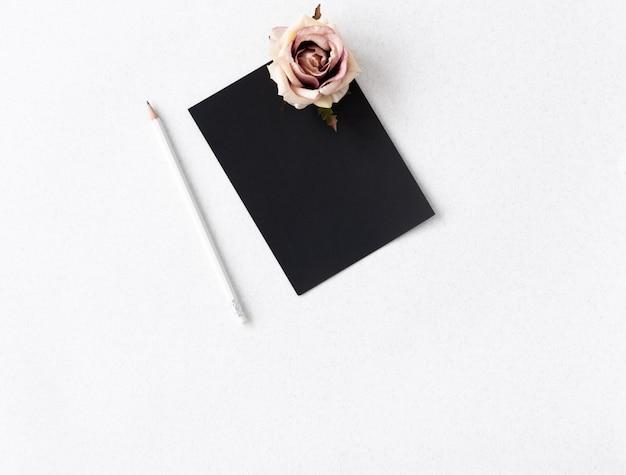 パステルカラーのバラの花と鉛筆