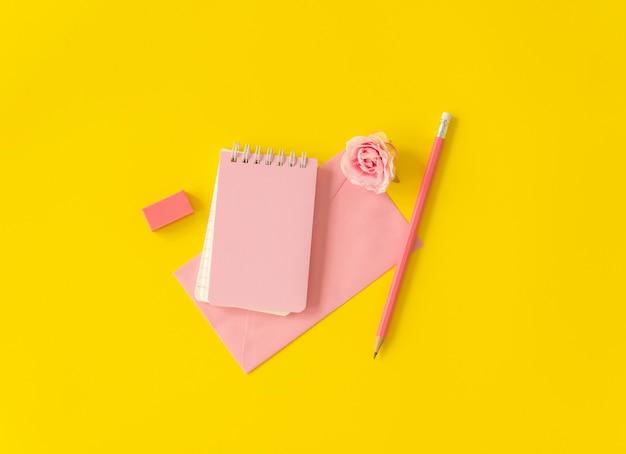 バラの花と鉛筆でパステルカラーのスペースノート