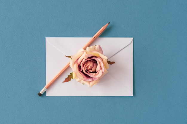 パステル調の空間とバラの花と鉛筆封筒