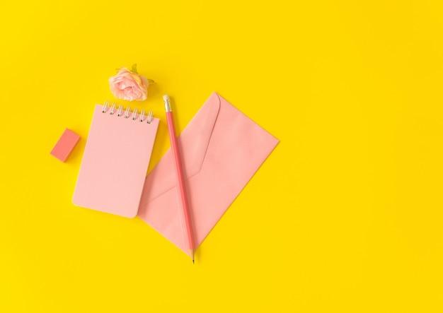 パステルカラーのノートブックと鉛筆封筒