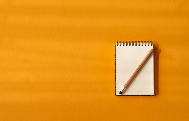 太陽の光と黄色の背景に鉛筆でメモ