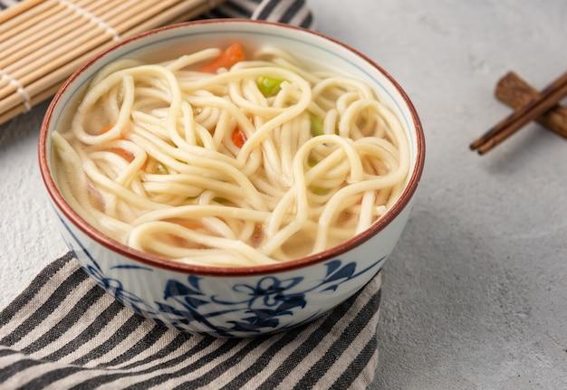 中華麺やうどん野菜と箸