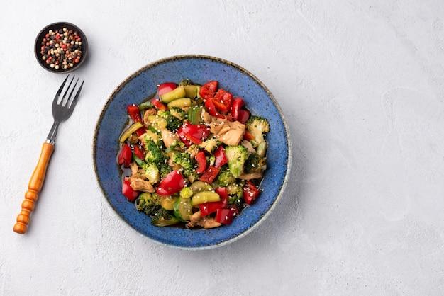 Космический овощной жареный жареный на синей тарелке