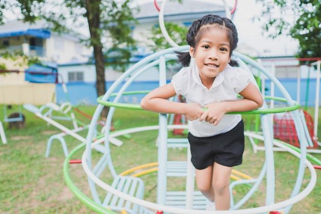 健康な小さな子供は裏庭で遊んでいます
