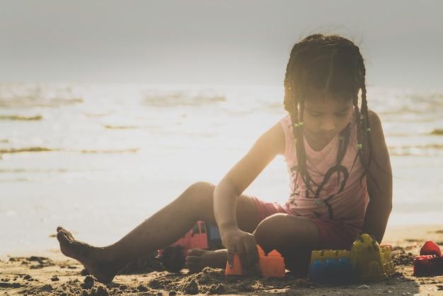 Дети играют в игрушки на пляже радостно