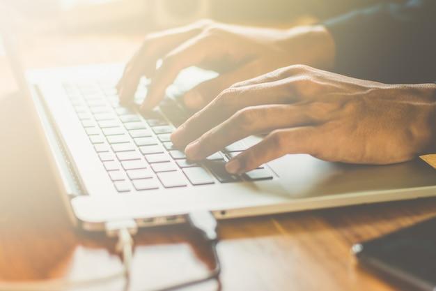 Человек, работающий дома офис рука на клавиатуре крупным планом