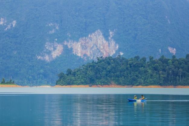 旅行とハネムーン恋人とのカヤックとカヌー。山を見る