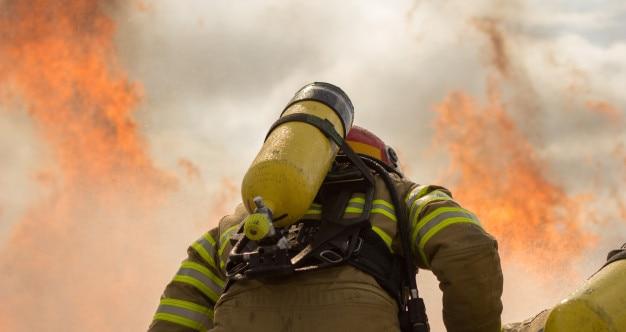 水で火を攻撃している消防隊のグループ