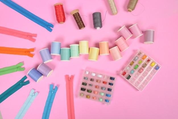 フラットな縫製材料は、織物、はさみ、ジッパーおよび糸巻きを含む。