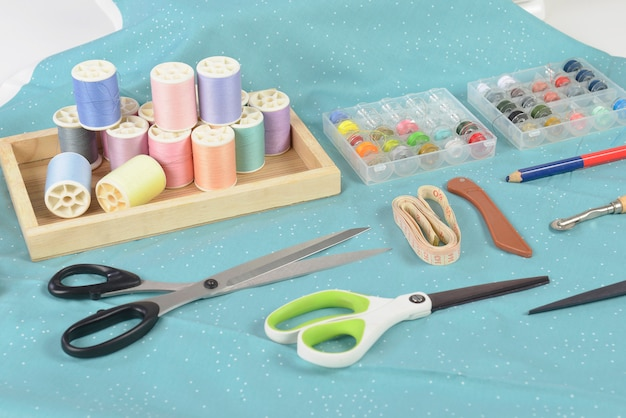 カラフルなスレッドロール、はさみ、布地、アクセサリー、縫製、縫製