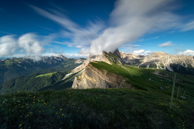 イタリア、ドロミテの夏の青い空と緑の山々の素晴らしい風景を眺めることができます。