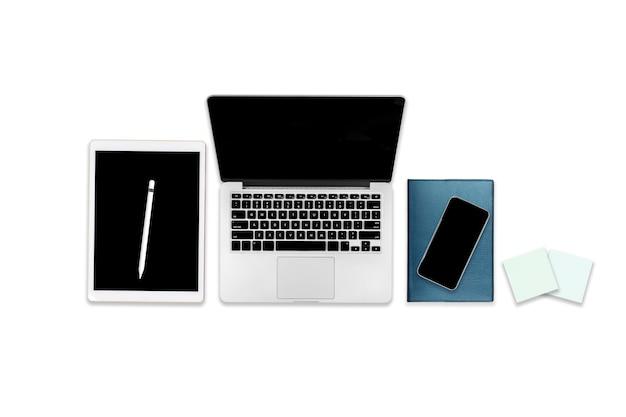 ラップトップコンピューター、デジタルタブレット、携帯電話および付属品のオフィスのテーブルのフラットレイアウト写真。