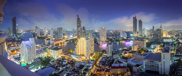高層ビル、建物のセンターを持つタイの都市のミッドタウンの空撮。