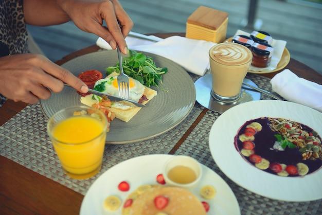 朝食には目玉焼き、コーヒー、オレンジジュース、シリアル、フルーツを添えてヘルシーに。