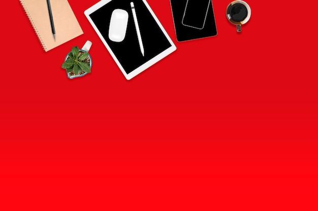 デジタルタブレット、携帯電話、アクセサリーのオフィステーブルのフラットレイアウト。