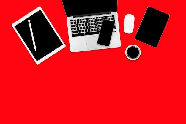 ラップトップコンピューター、デジタルタブレット、携帯電話、アクセサリーとオフィステーブルのフラットレイアウト。
