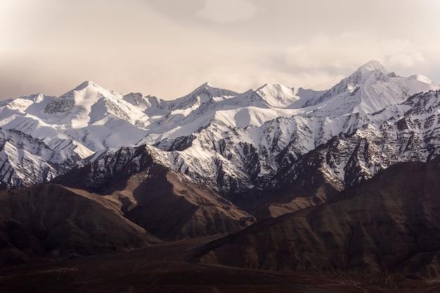レーラダックインドの青い空と雪の山。