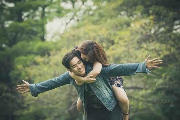 若いカップルは公園でリラックス