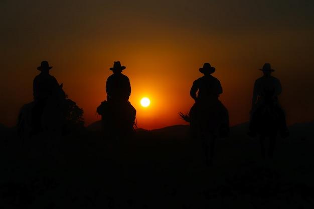カウボーイ乗馬馬のグループ。
