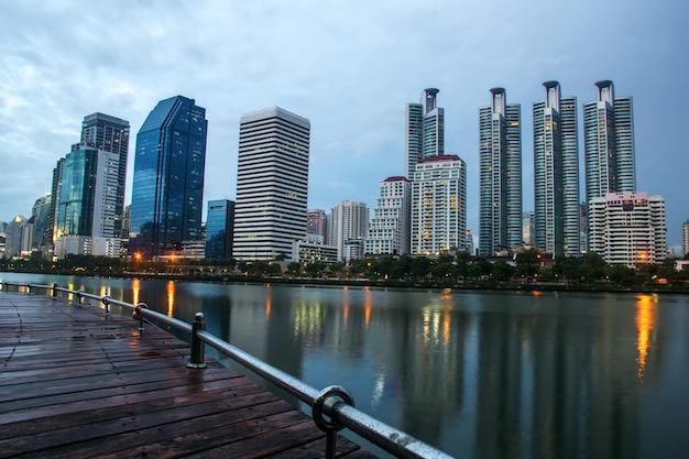 Ночной город в парке с коммерческим зданием, бангкок, таиланд