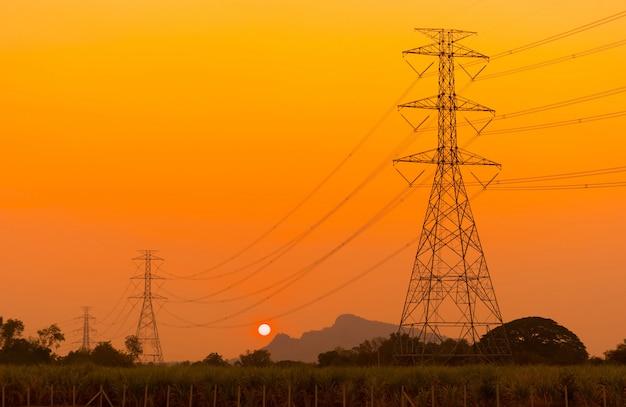高電圧ポスト。空の夕焼けと電柱。