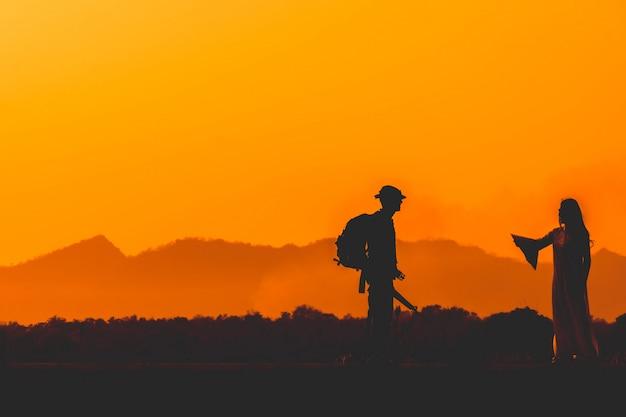 Силуэт солдата команды в закат небо. солдат с автоматом патрулирует