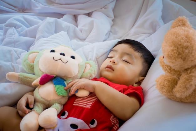 Мальчик спит на кровати в спальне.