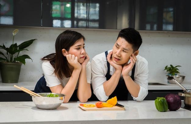 Счастливые азиатские пары шеф-повар, приготовление пищи на кухне.
