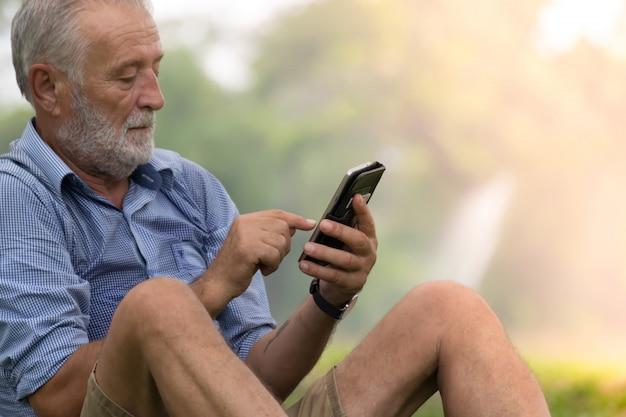 ビジネスマンは携帯電話を使用しています